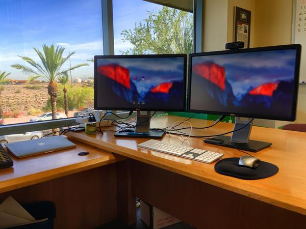 Dvojice-monitorů
